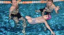Video:bacaklarini-dolaba-koyup-havuza-giriyor