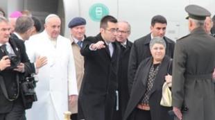 Papa yı karşılayan sürpriz isim