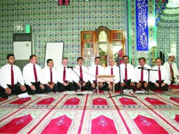 İmamlar söylüyor cemaat dinliyor