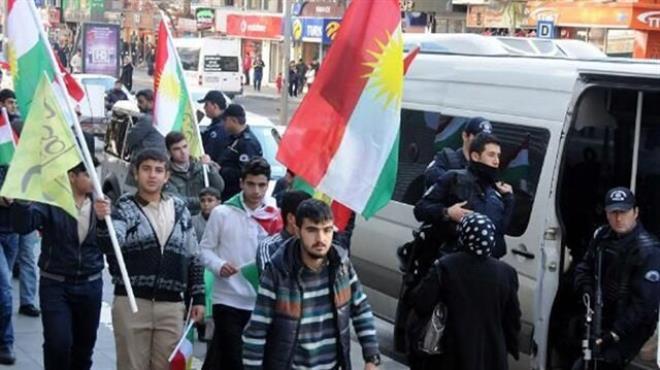 Diyarbakır da Kürdistan bayrağı dağıttılar