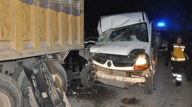 Öğrenci servisi kamyona çarptı: 16 yaralı