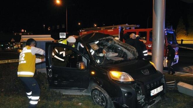 Otomobil reklam panosuna çarptı: 1 ölü