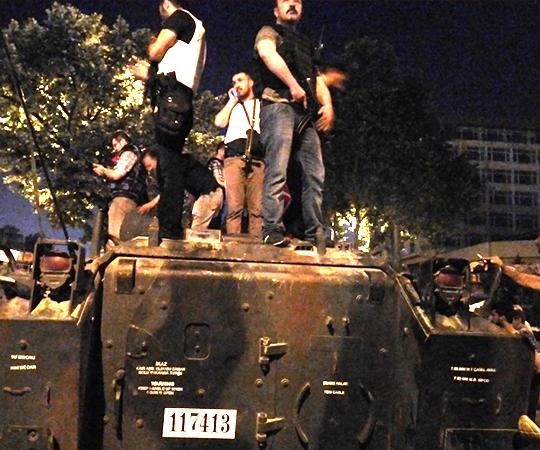 3.9 Halkın direnişi tankları durdurdu
