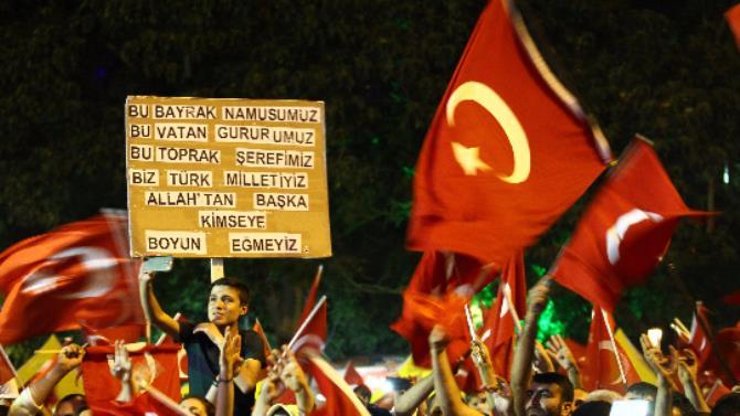 Demokrasi nöbetlerine damga vuran pankartlar