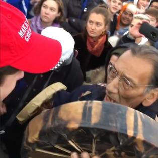 ABD'den utandıran görüntüler: 'Trump' şapkalı gençler, Kızılderili sanatçının etrafını sardı!