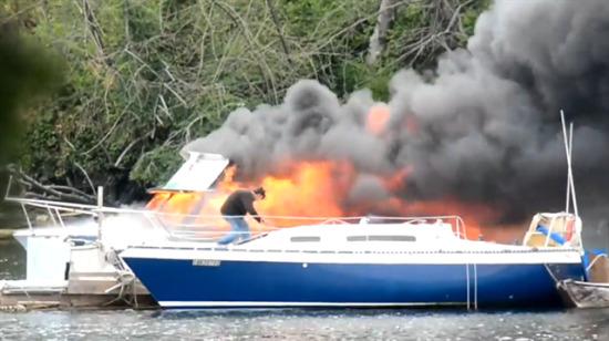 Yanan teknenin yanından kendi teknelerini çektiler