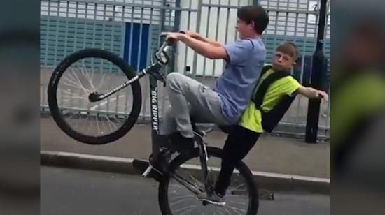 Yetenekli çocuklar bisikletle bu hareketi yaptı