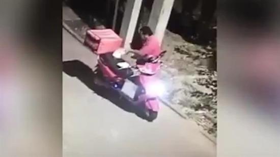 Motorsikletli kurye öyle bir şekilde yakalandı ki!