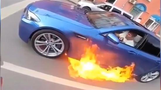 Yanmaya başlayan BMW'den kaçmak yerine gaza bastı