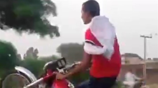 Trafikte şov yapmak isterken kaza yapan motorcu