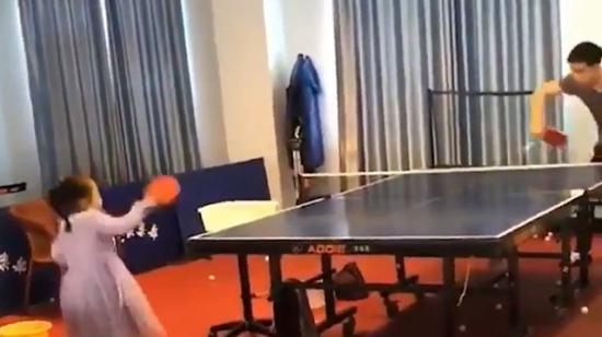 Masa tenisi ustası küçük kız