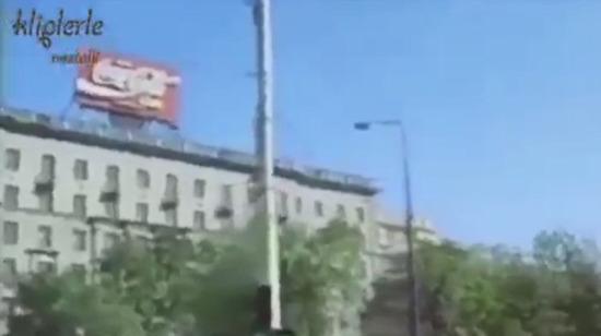Moskova'daki ilk McDonald's bayisinin açılmasının ardından oluşan uzun kuyruk.