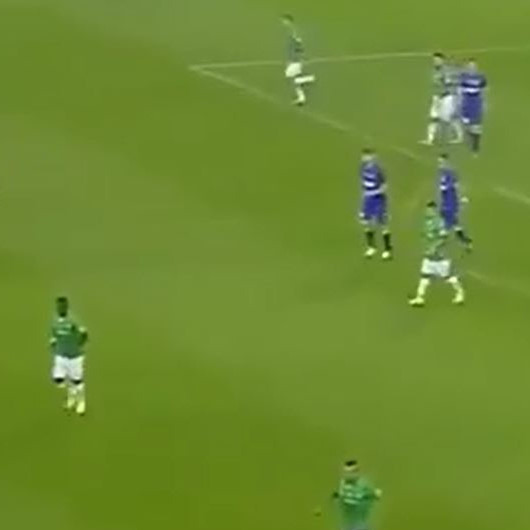 Kaleciler Tevez'in golünü izlemek için kalede duruyor