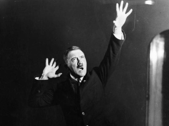 Hitler konuşmalarından birini ayna karşısında prova ederken, 1925 yılı