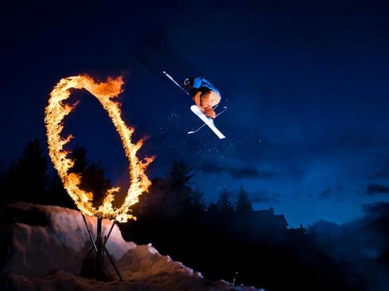 Kanada'da bir kayakçı ateş çemberinden atlıyor...