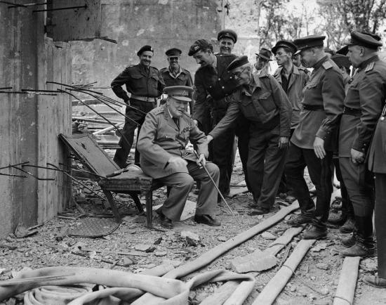 Hitler'in makam koltuğundan kalana oturup poz veren Winston Churchill, 1945 yılı