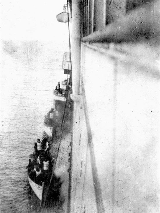Titanic'ten sağ çıkan insanların karaya inişi, 1912
