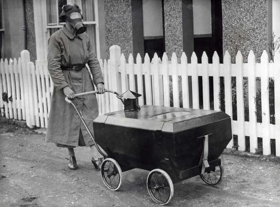 2. Dünya Savaşı'nda bebeğini gaz geçirmez bebek arabasında gezmeye çıkaran anne, 1938
