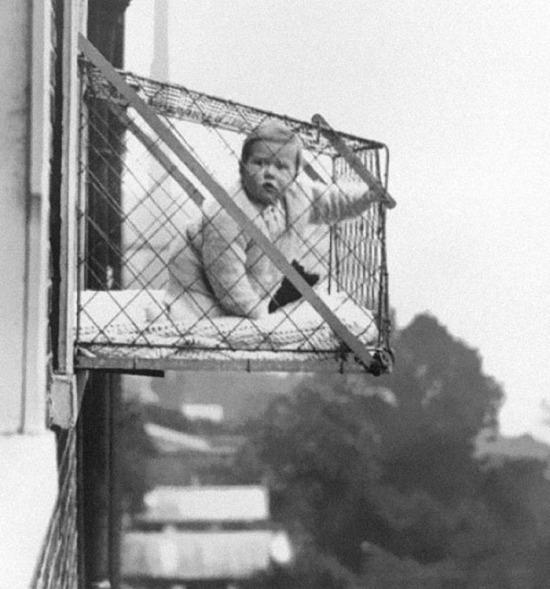 Apartmanda yaşayan çocukların temiz hava alması için tasarlanan bebek kafesleri, 1937