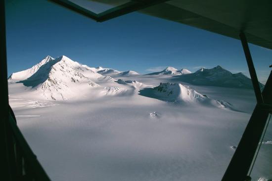 Alaska Körfezi'ndeki konumu dünyanın her yerinden daha fazla kar yağışı alan Chugach Dağları