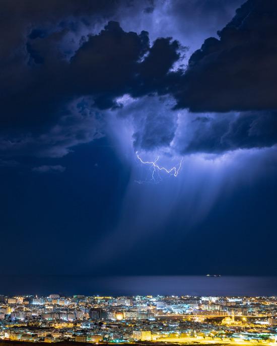 Umman Körfezi ve Muscat kenti üzerinde fırtınalı bir gece