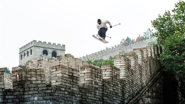 Çin Seddi'nde, çölde ve çimde kayak yapabilen epik bir sporcu: Candide Thovex