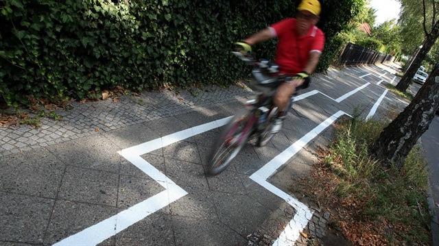 Almanya'da bir garip bisiklet yolu: Sosyal medyada alay konusu oldu