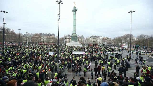 Sarı yelekliler yeniden Paris sokaklarında