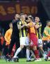 Hasan Şaş, Fenerbahçe forması giyen Martin Skrtel'e arkadan saldırıyor.