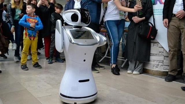 Robot yarışmasında erik dalı oynayan insansı robot!