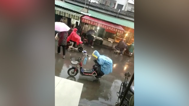 Annesinin oturacağı koltuğu yağmurdan koruyan koca yürekli çocuk