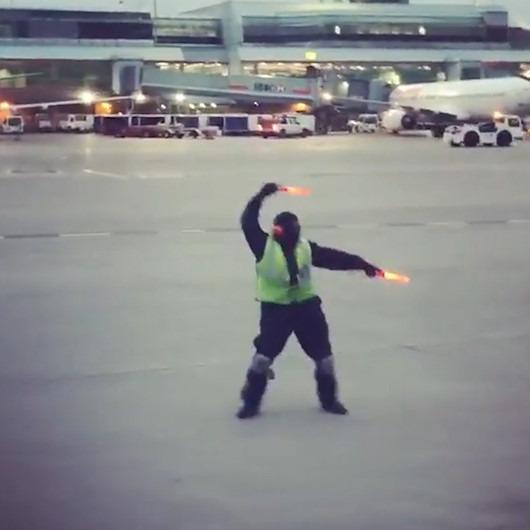 Uçaktaki minik yolcuyu eğlendirmeye çalışırken fenomen oldu