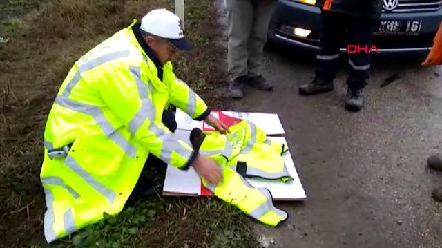 Yaralı kartalın üzerine yeleğini örten koca yürekli polis memuru