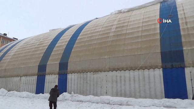 Halı sahanın kardan çökmemesi için ilginç temizleme yöntemi