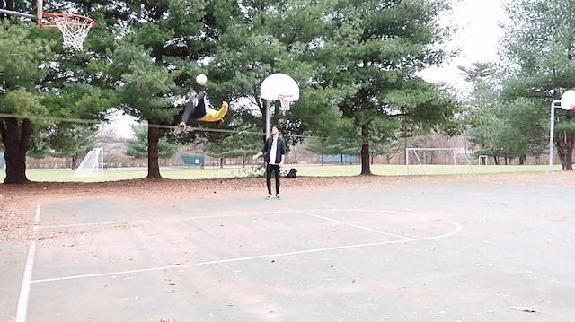 İp üstünde şov yaparken röveşatayla basket atan genç