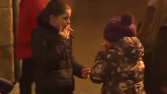 Portekizli köyün çocukları Epifani'yi kutlamak için sigara içiyor