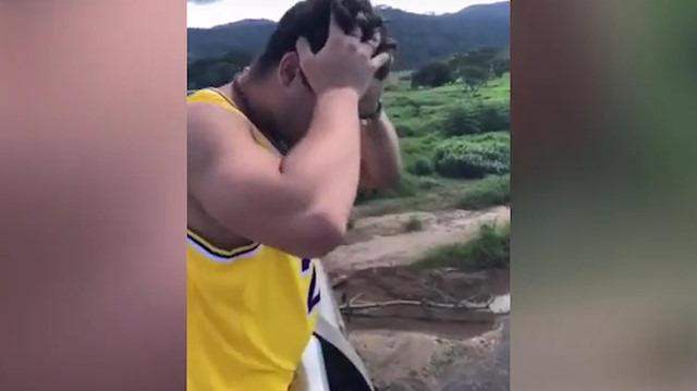 Turist telefonunu alınması imkansız yere düşürdü