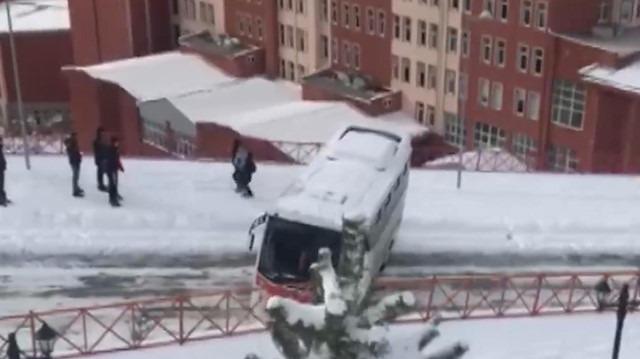 Buzlu yokuşta kayan minibüs korkuttu