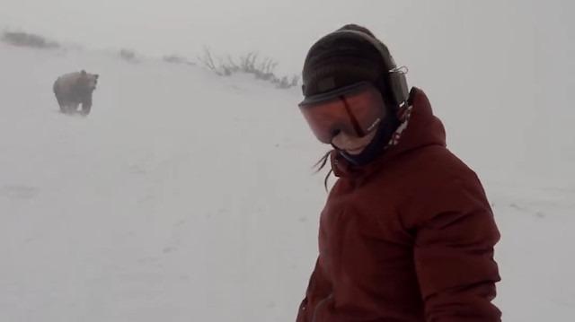 Snowboard yaparken peşine ayı takılan kız (Fake mi?)
